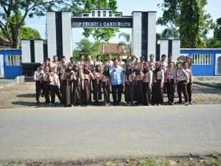 Foto Bersama di Depan Sekolah