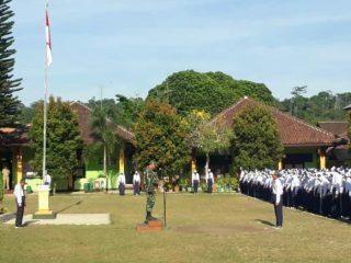 Upacara Bendera yang dipimpin Oleh Pembina Upacara Dari Koramil