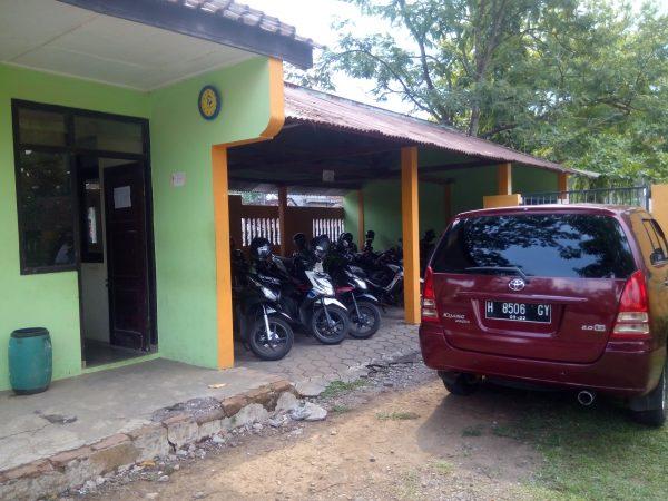 Tempat parkir guru dan karyawan